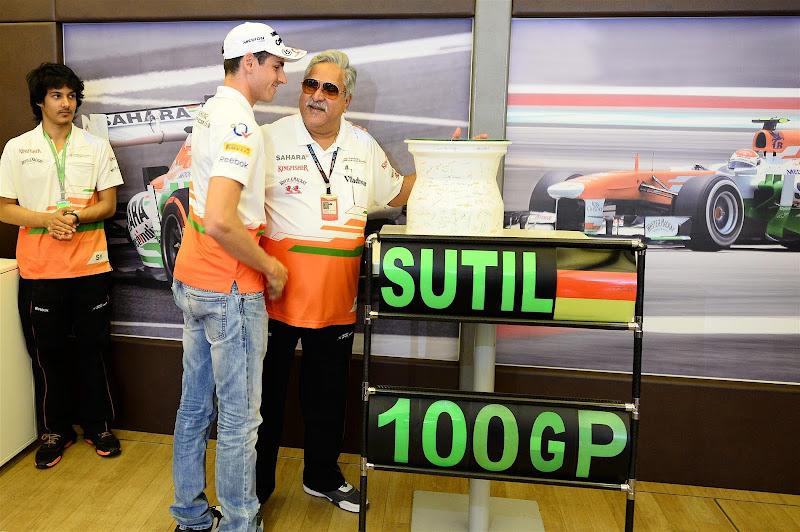 Виджей Малья вручает подарок Адриану Сутилю в честь его 100-ой гонки на Гран-при Венгрии 2013