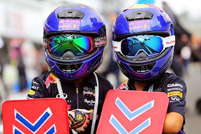 болельщики Red Bull в огромных шлемах на Гран-при Японии 2014