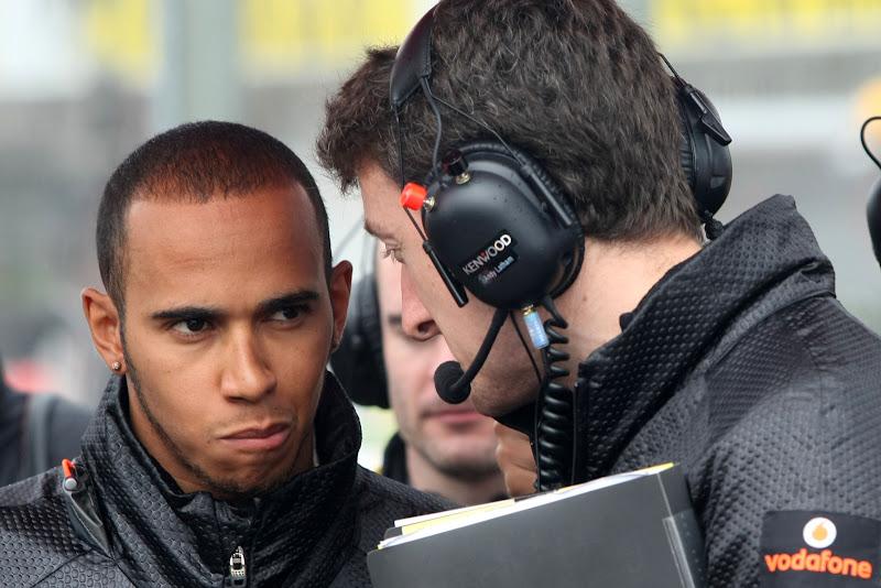 Льюис Хэмилтон разговаривает с механиком на Гран-при Венгрии 2011