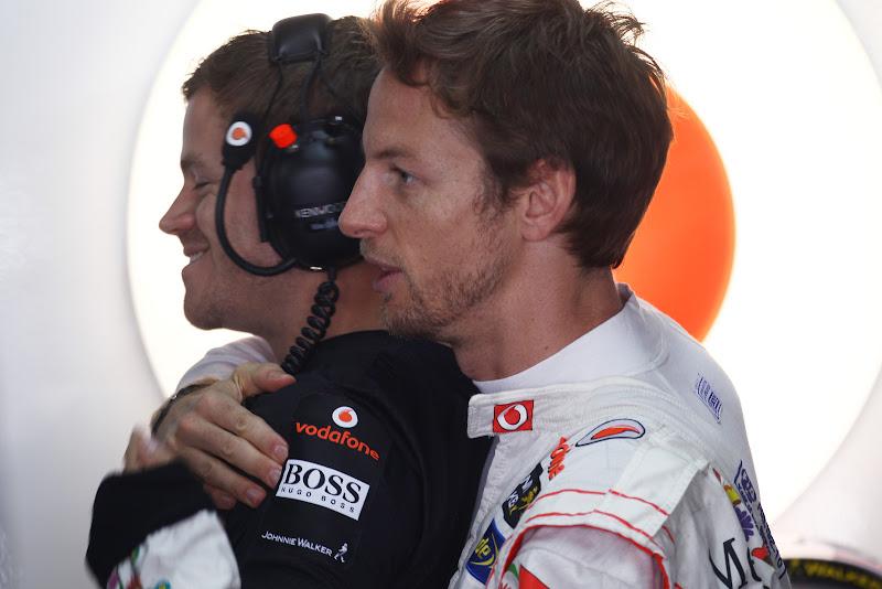 Дженсон Баттон обнимает своего механика сзади на Гран-при Бразилии 2011