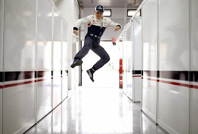 прыжок Вальтери Боттаса в гараже Williams на Гран-при Кореи 2013