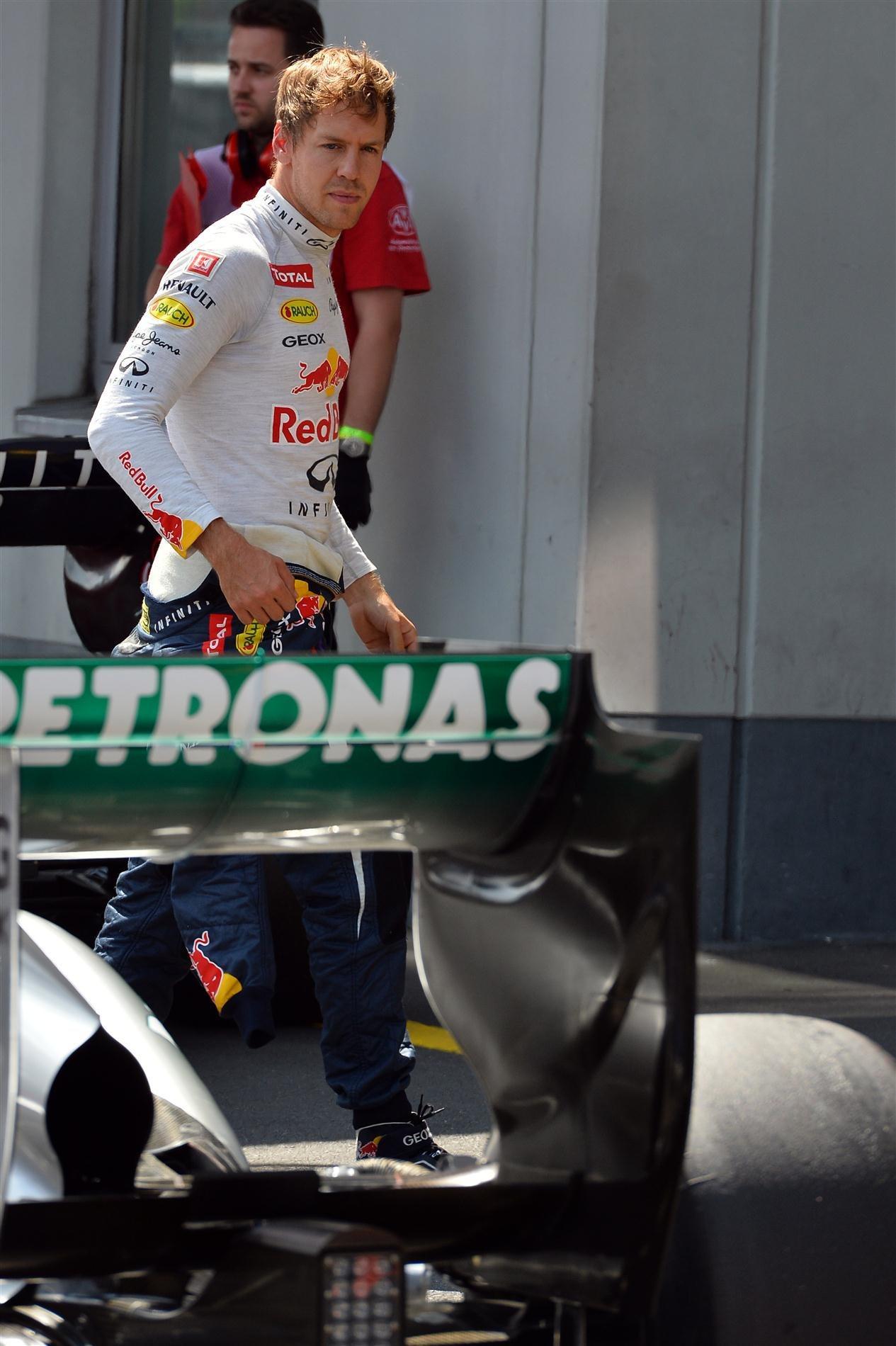 Себастьян Феттель посматривает на болид Mercedes после квалификации на Гран-при Германии 2013