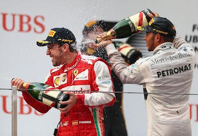 Фернандо Алонсо, Льюис Хэмилтон и Кими Райкконен с шампанским на подиуме Шанхая на Гран-при Китая 2013