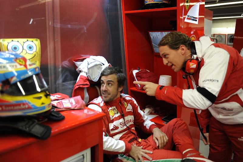 Фернандо Алонсо и Спанч Боб в гараже Ferrari на Гран-при Канады 2013