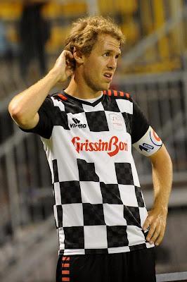Себастьян Феттель чешет голову на футбольном матче Nazionale Piloti перед Гран-при Италии 2011 в Монце