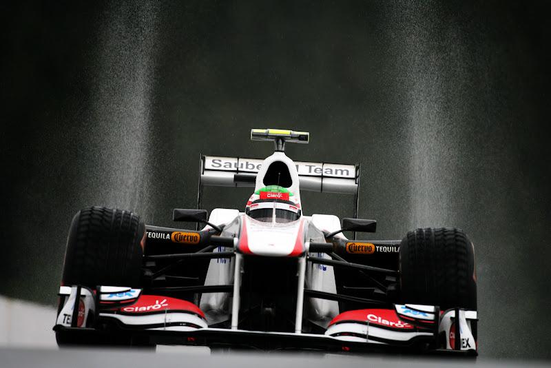 брызги над болидом Серхио Переса на трассе Спа-Франкошам в дождь на Гран-при Бельгии 2011 на свободных заездах в пятнцу