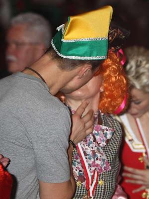 Михаэль Шумахер и Коринна Шумахер целуются на карнавальной вечеринке в Кельне