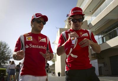 Фелипе Масса и Фернандо Алонсо ставит автограф на кепке на Гран-при Абу-Даби 2011