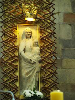 Madonna Łokietkowa znana też jako Panna Wiślicka lub Matka Boska Uśmiechnięta. Wczesnogotycka półpłaskorzeźba z ołtarza głównego Bazyliki w Wiślicy.
