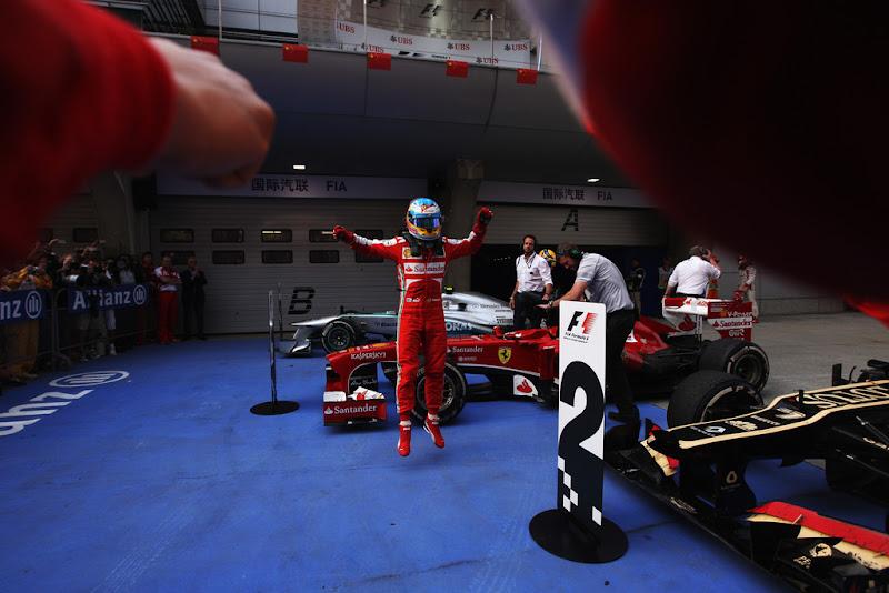 Фернандо Алонсо парит в воздухе после победы за Ferrari на Гран-при Китая 2013