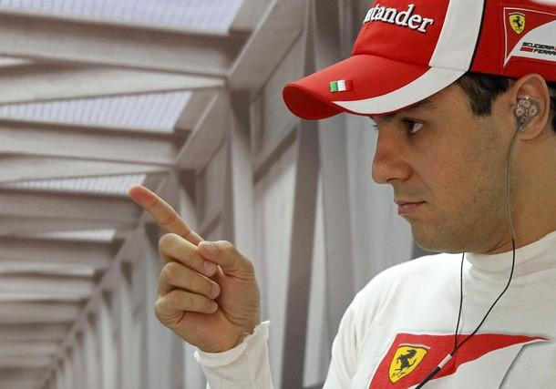 Фелипе Масса показывает палец на Гран-при Индии 2011