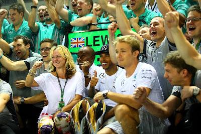 празднование победы Льюиса Хэмилтона и подавленный Нико Росберг на Гран-при Сингапура 2014