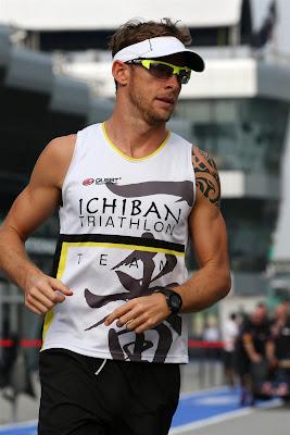 Дженсон Баттон с татуировкой на левом плече и футболкой Ichiban Triathlon Team на Гран-при Малайзии 2013