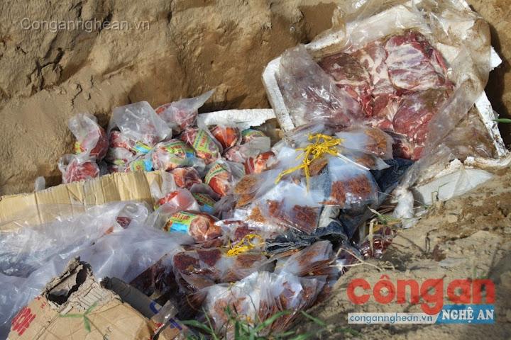 """Tiêu hủy số thực phẩm """"bẩn"""" không rõ nguồn gốc xuất xứ"""