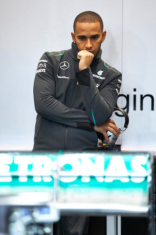Льюис Хэмилтон разглядывает заднюю часть болида Mercedes на предсезонных тестах в Хересе 5 февраля 2013