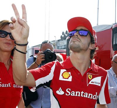 Фернандо Алонсо приветствует болельщиков на Гран-при Италии 2012