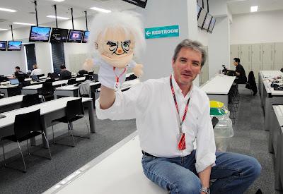 David Tremayne с куклой Берни Экклстоуна на Гран-при Японии 2011
