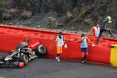прыжок Бруно Сенны на ограждениях из покрышек после вылета на болиде Lotus Renault во время свободных заездов на Гран-при Бельгии 2011