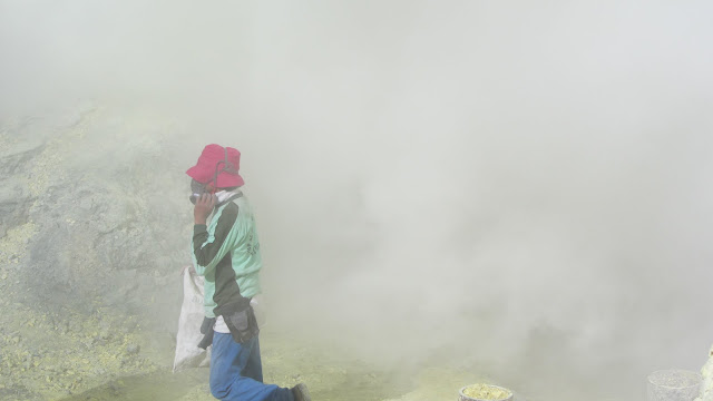 A worker tries to escape a cloud of sulfur dioxide.