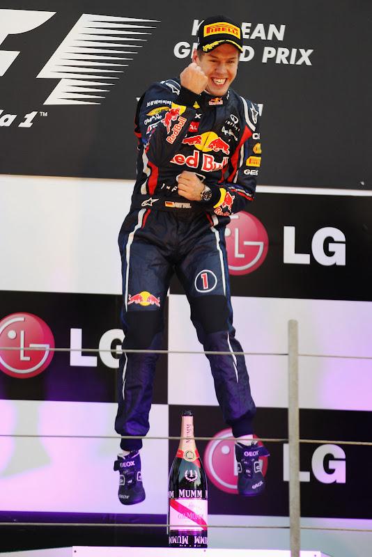 гламурный прыжок Себастьяна Феттеля на подиуме Йонама после победы на Гран-при Кореи 2011