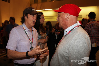 Пол Маккартни разговаривает с Ники Лаудой на Гран-при Абу-Даби 2011