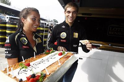 Виталий Петров с сотрудницей команды и тортом на Гран-при Италии 2011