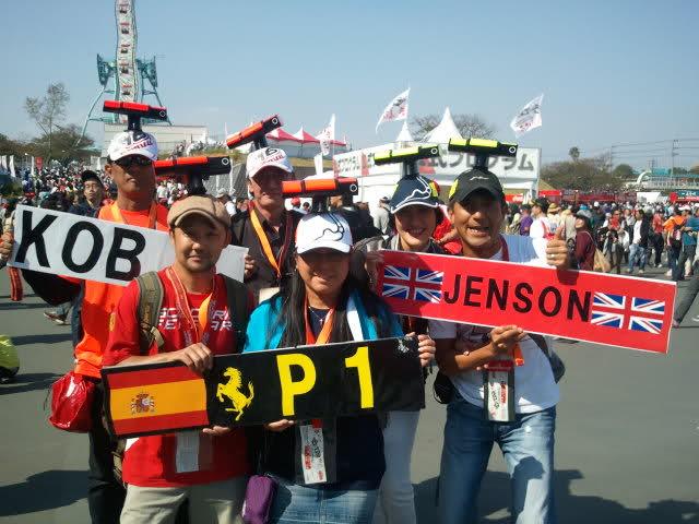 болельщики Камуи Кобаяши, Фернандо Алонсо и Дженсона Баттона с забавными кепками на Гран-при Японии 2011