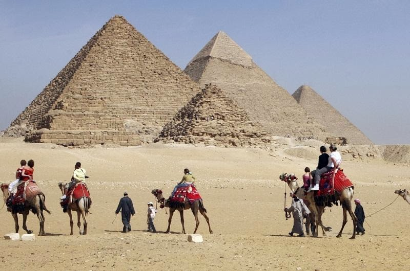 More Stuff: Russian tourists detained for filming Pyramids area