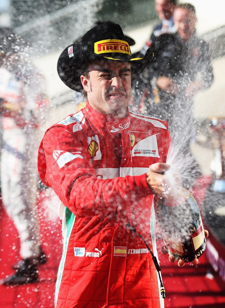 Фернандо Алонсо разбрызгивает шампанское на подиуме Гран-при США 2012