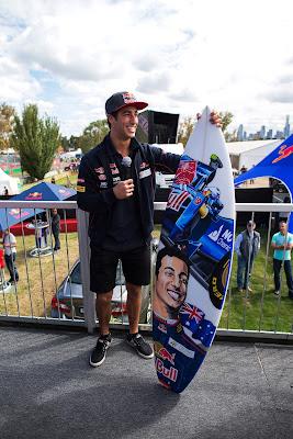 Даниэль Риккардо и его доска для серфинга на Гран-при Австралии 2013