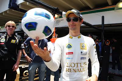 Бруно Сенна вращает футбольный мяч на пальце на Гран-при Бразилии 2011