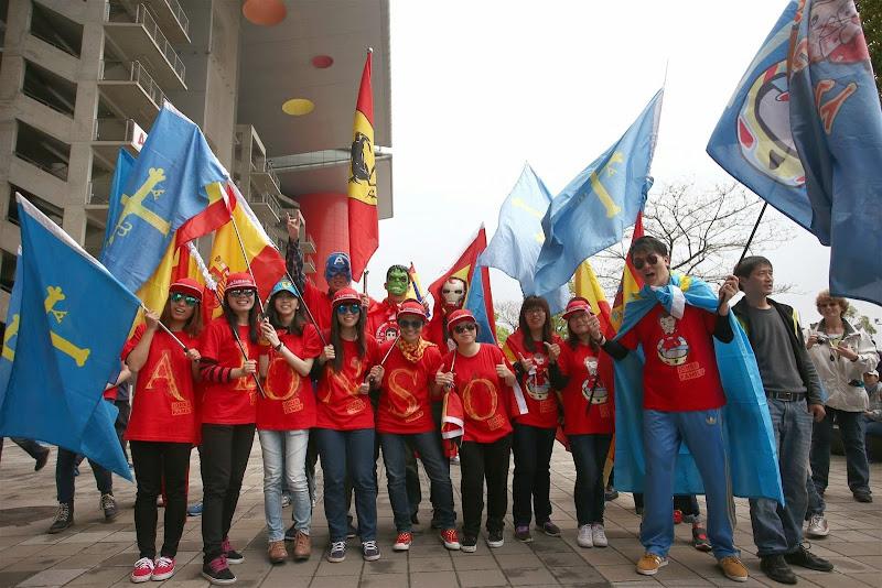 болельщики Фернандо Алонсо в красных футболках Joker Family и с флагами на Гран-при Китая 2014