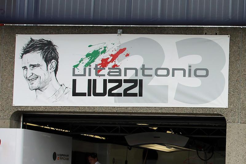 табличка над боксами Витантонио Льюцци на Гран-при Канады 2011