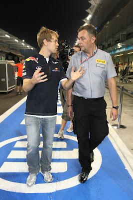 Себастьян Феттель разговаривает с инженером Pirelli после гонки на Гран-при Абу-Даби 2011