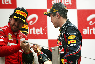 Фернандо Алонсо и Себастьян Феттель с шампанским на подиуме Гран-при Индии 2011