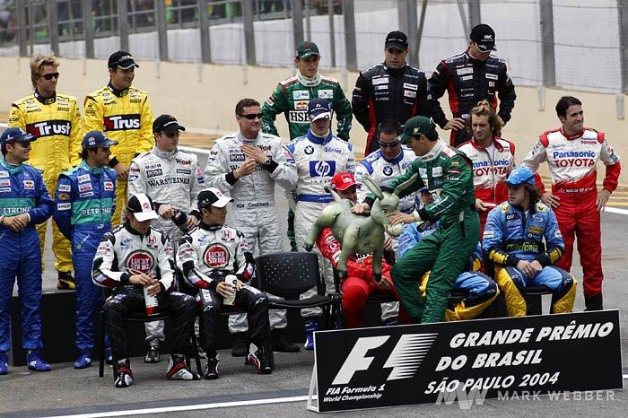 Марк Уэббер кладет ослика на место Михаэля Шумахера на Гран-при Бразилии 2004