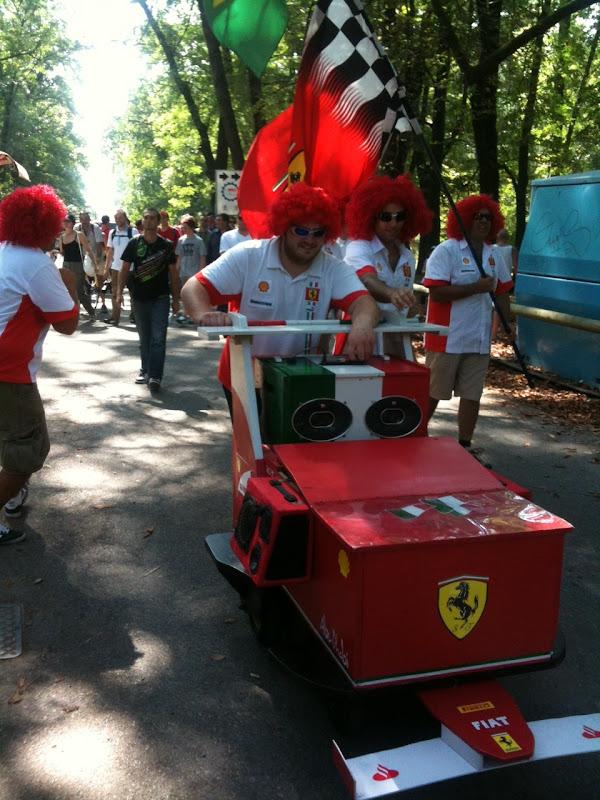 болельщики Ferrari с ферраримобилем на Гран-при Италии 2011 в Монце
