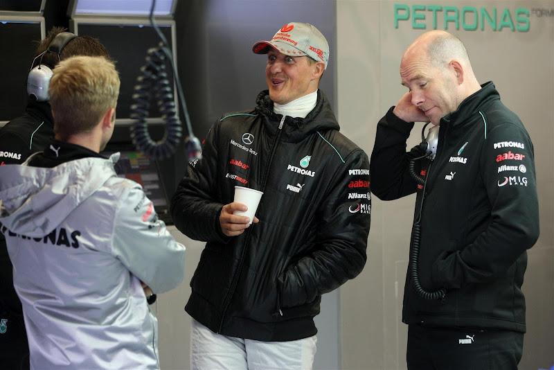 удивленный Михаэль Шумахер с механиками на Гран-при Бельгии 2012