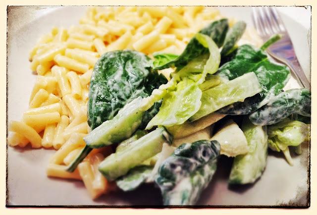 greek-yoghurt-salad-dressing-on-salad
