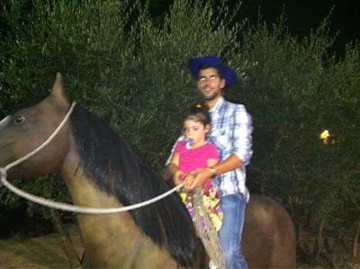 Хайме Альгерсуари на лошади с девочкой