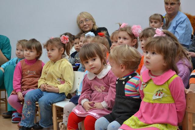Діти уважно слухають