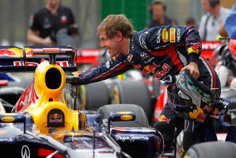 Себастьян Феттель гладит свой Red Bull после квалификации на Гран-при Бразилии 2011
