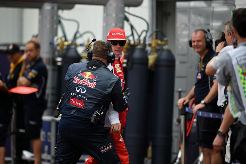 механик Red Bull Найджел Хоуп спасает Кими Райкконена на пит-лэйне Гран-при Монако 2014