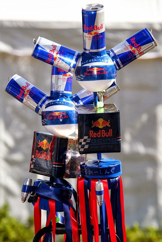 посохи Red Bull из банок на Гран-при Японии 2013