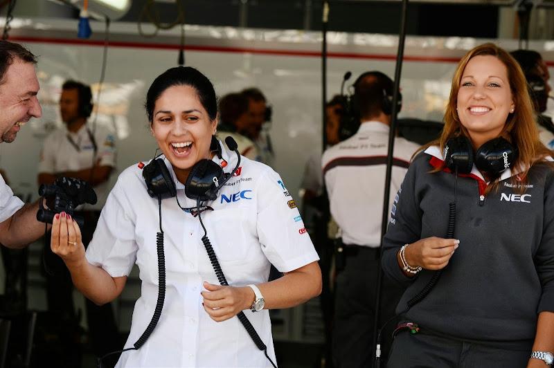 Мониша Кальтенборн смеется в боксах Sauber на Гран-при Кореи 2013