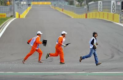 маршалы Йонама убирают обломки на Гран-при Кореи 2013