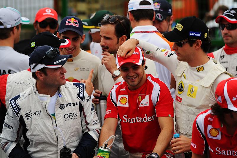 Бруно Сенна кладет свою руку на голову Фелипе Массы во время парада пилотов на Гран-при Бразилии 2011