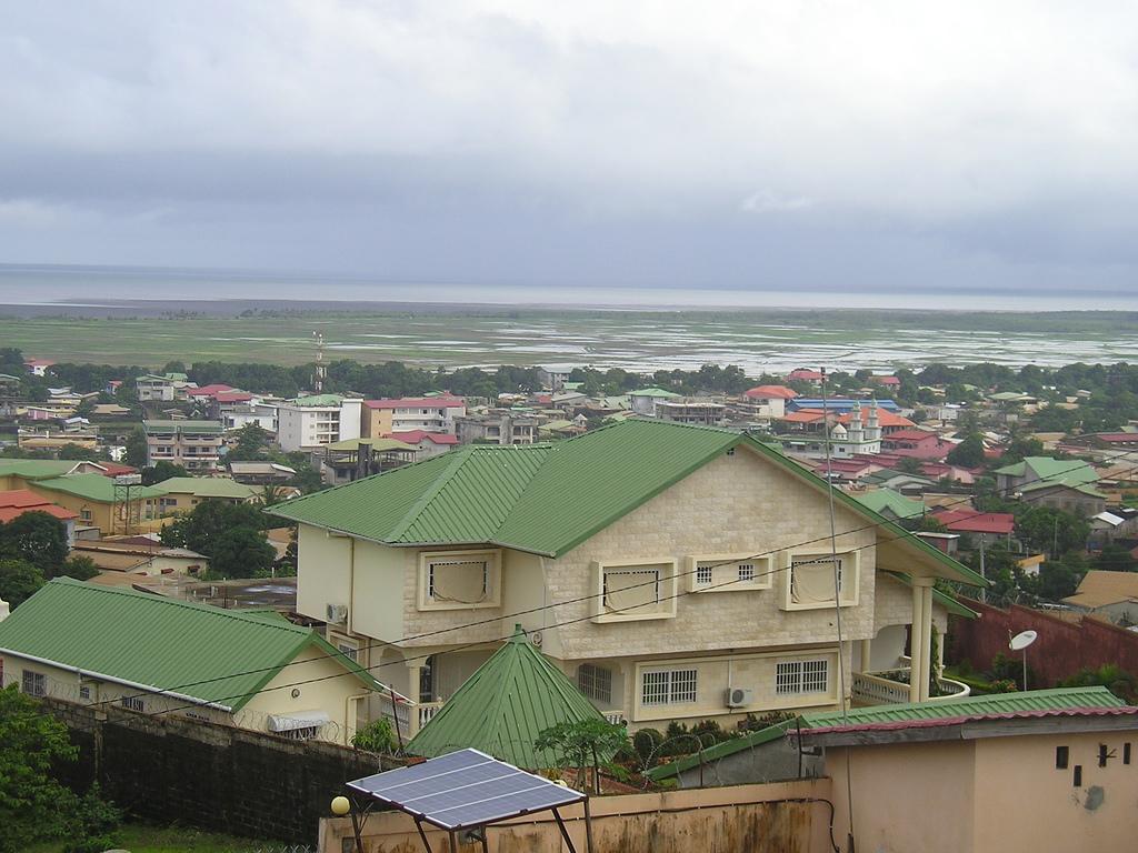 Guin e conakry une ville qui br le comme un champ for De melo piscine