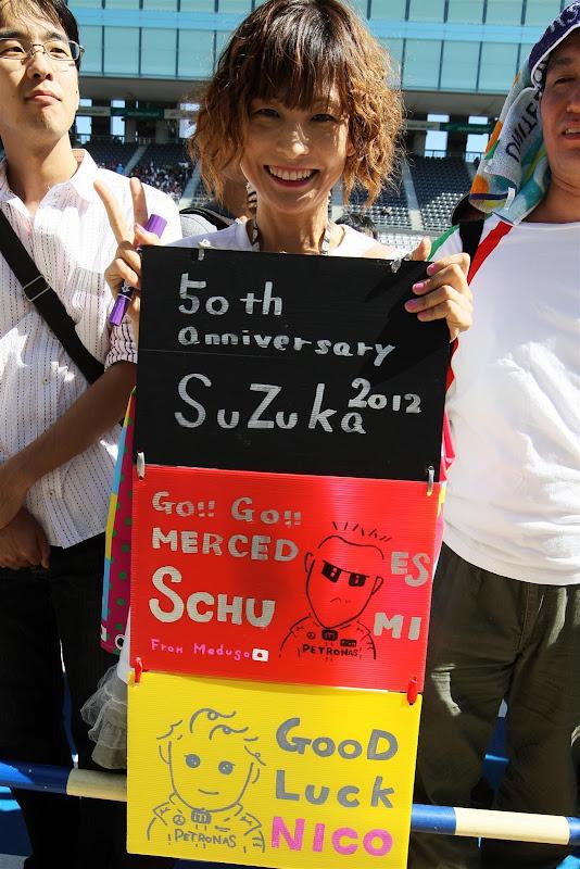 баннер в поддержку Нико Росберга и Михаэля Шумахера от болельщицы Medusa на Гран-при Японии 2012