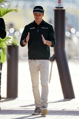 Шарль Пик показывает размер, гуляя по паддоку Йонама на Гран-при Кореи 2013